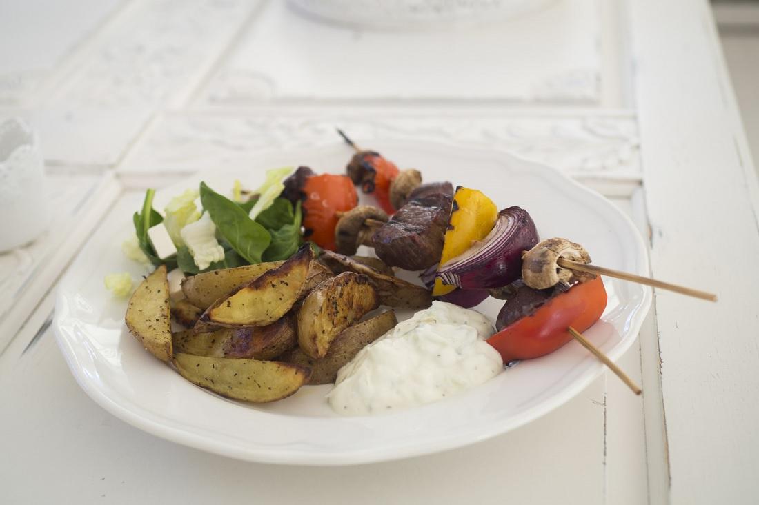 Grillspett med klyftpotatis och tzatziki