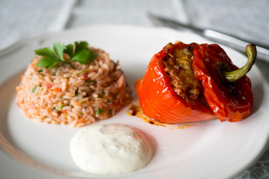 Lammfärsfyllda paprikor med tomatris och limefraiche