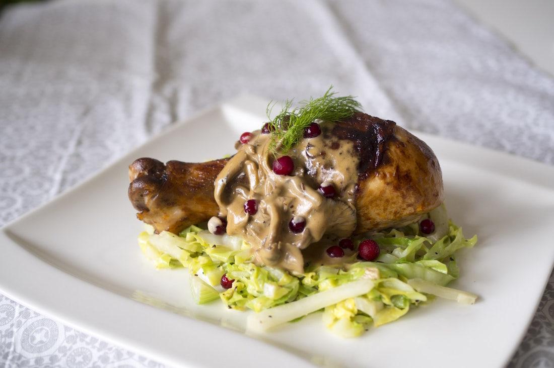 Kycklingklubbor med gräddstuvad kål och svampsås