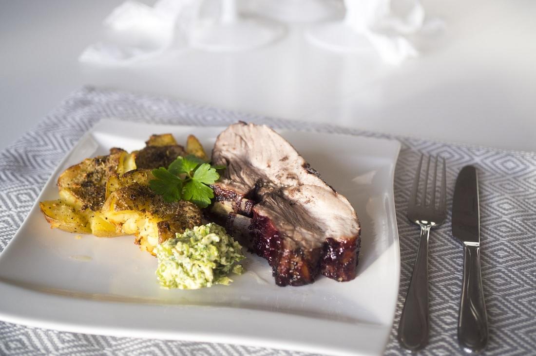 Svartvinbärsglazade revben med krossad potatis och grönkålssmör