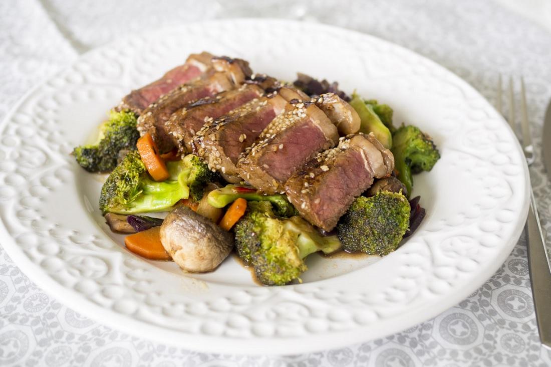 Sesammarinerad ryggbiff med broccoliwok
