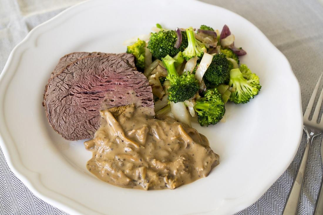 Helstekt oxfilé med krispig broccoli och svampsås