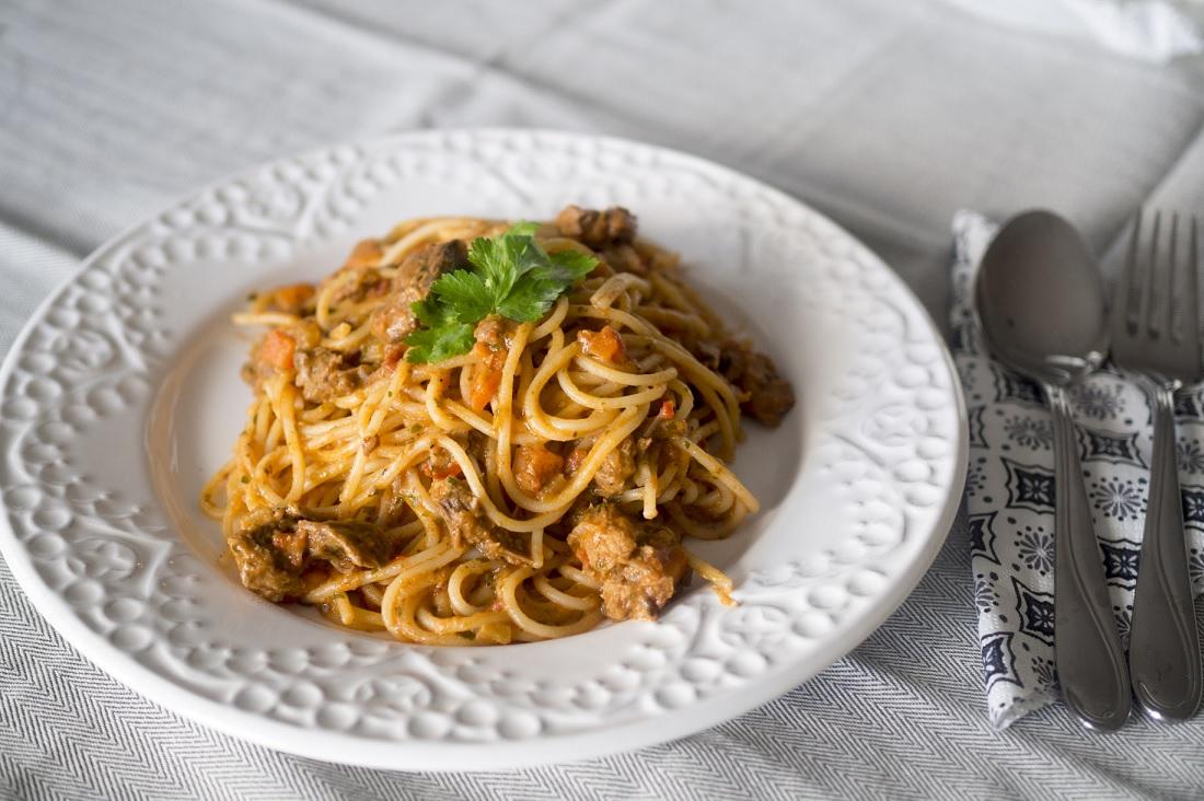 Långkokt bogbladskotlett med pasta