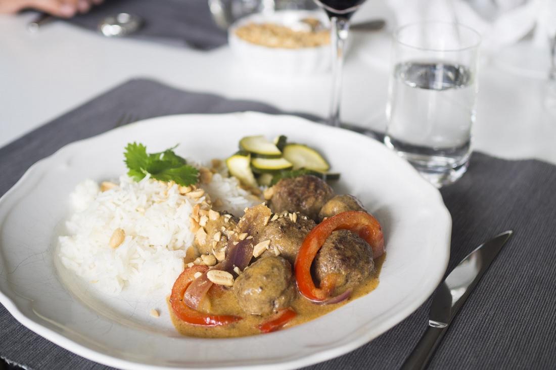 Asiatiska köttbullar med ris och inlagd zucchini